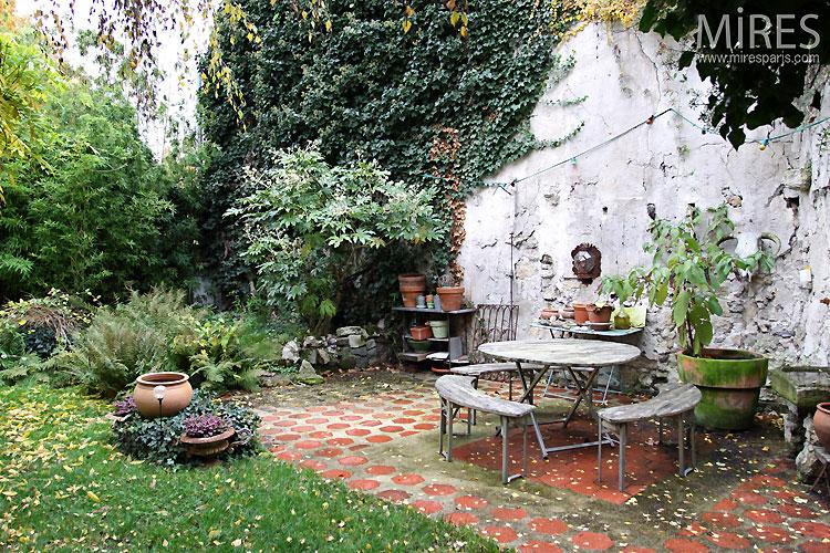 Garden and terrace. C0473