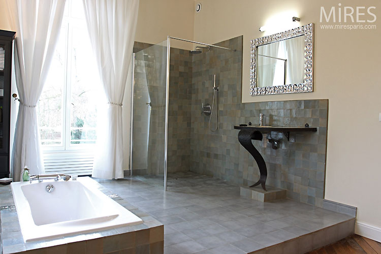 Bathroom and grey tiles. C0466