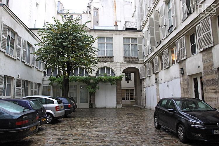 Cour parisienne. C0469