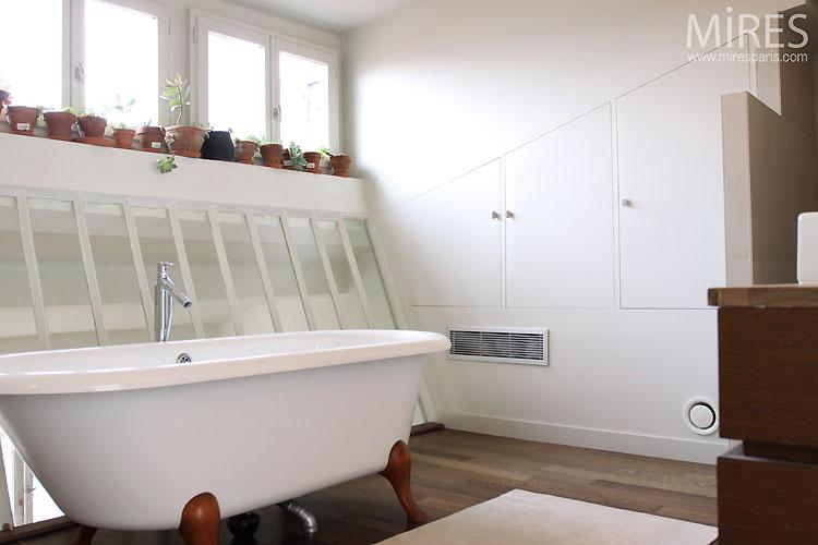 Claw foot bathtub. C0471