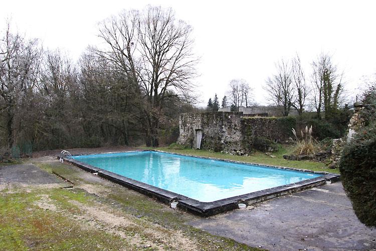 Ruines et piscine. C0494