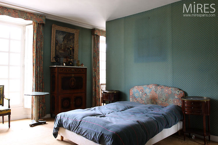 Large and blue bedroom. C0545