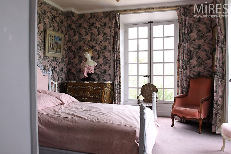 Classic and pink bedroom. C0545
