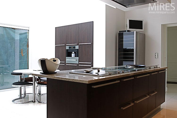 Large and modern kitchen. C0459