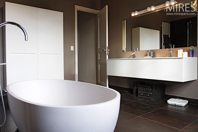 Finest Salle Deau Salle De Bain Moderne Design Carrelage Sombre Baignoire  Blache Ronde With Carrelage Sombre