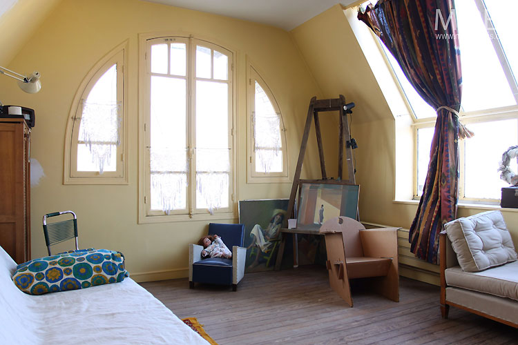 Bedroom and easel. C0475
