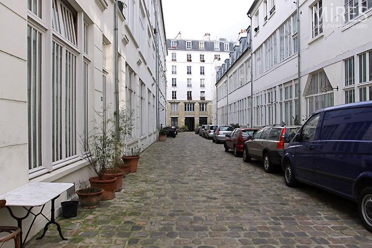 Cour parisienne. C0495