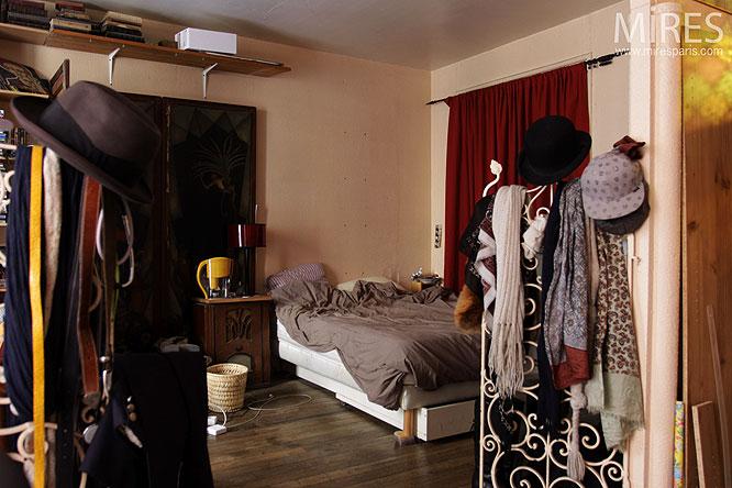 Chambre et chapeaux. C0281