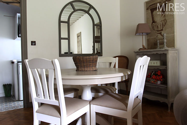 Small round table. C0504