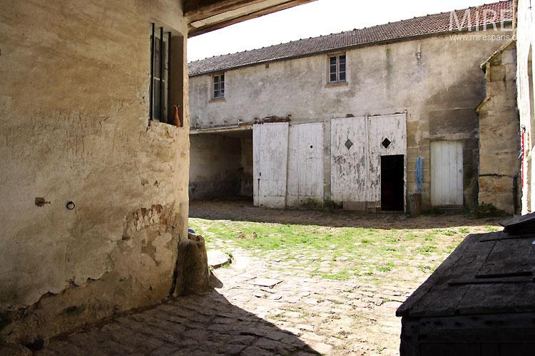 Cour pavée rurale. C0305