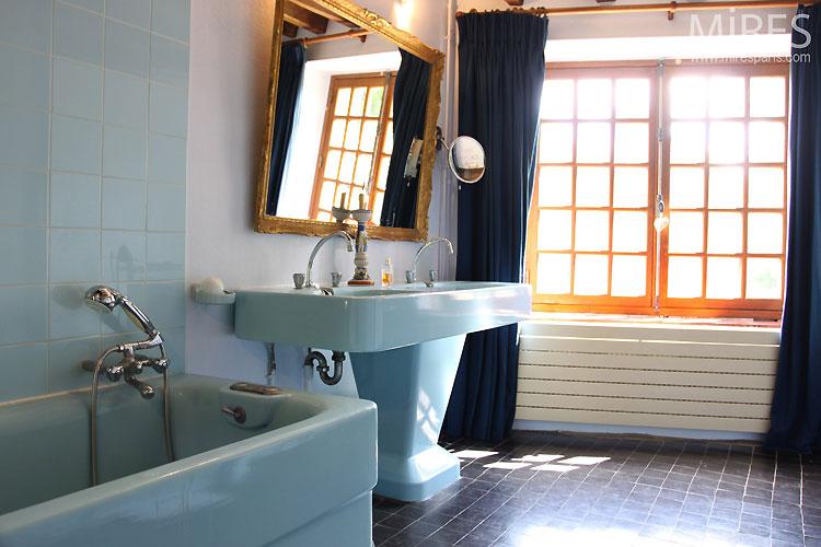 Salle de bains bleu rétro. C0386 | Mires Paris