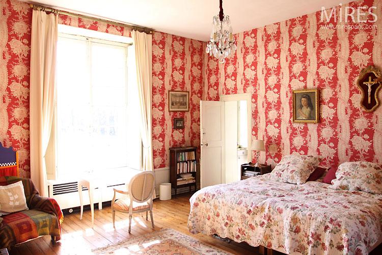 Chambre classique rouge. C0305