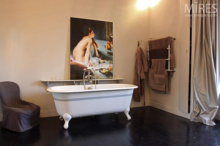 Retro bathtub and black parquet. C0089