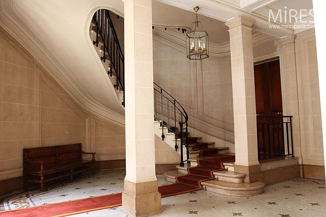 Escalier et tapis rouge. C0043