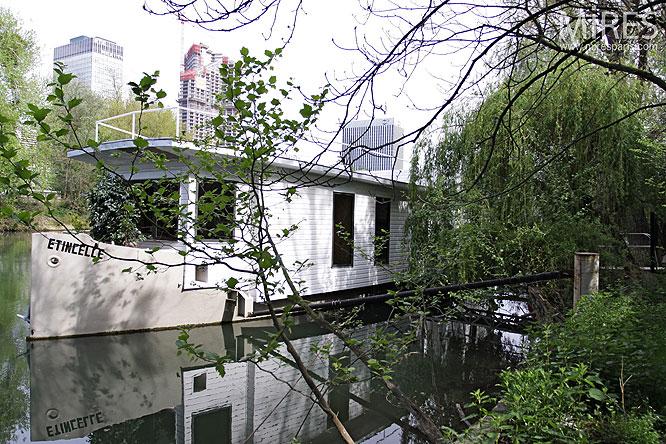 Péniche et terrasse au bord de l'eau. C0052