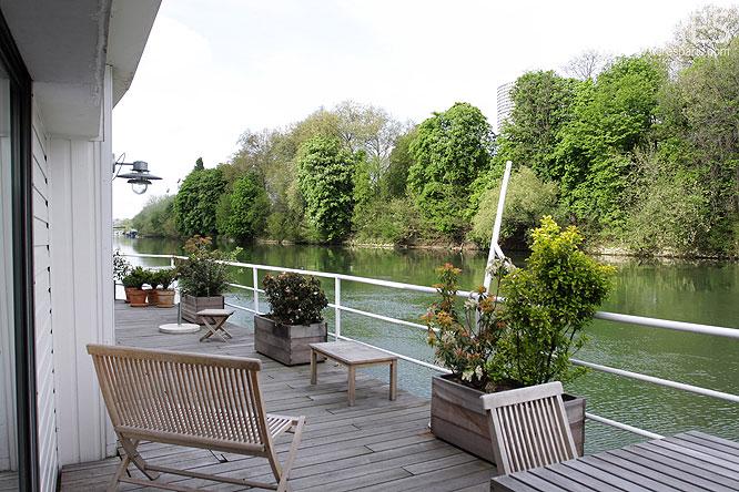 Une terrasse au bord de l'eau. C0052