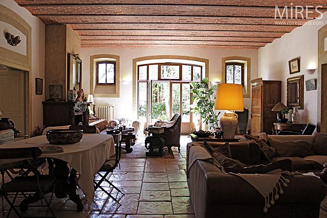 Plafond de briques et sol en pierre. C0057