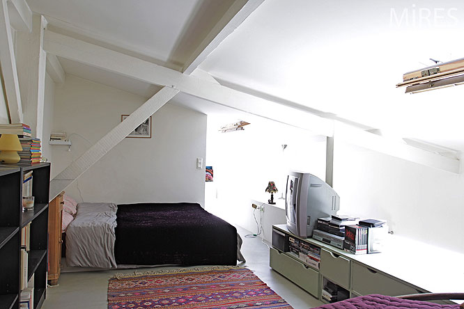 Chambre sous combles c0128 mires paris for Petit garage paris