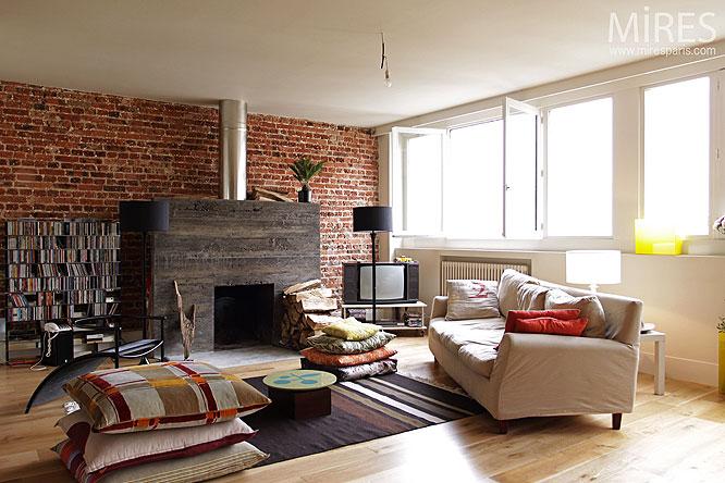 Chemin e moderne et mur de briques c0121 mires paris - Mur de brique rouge interieur ...