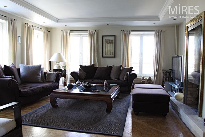Table basse de bois et fauteuils taupes. C0105