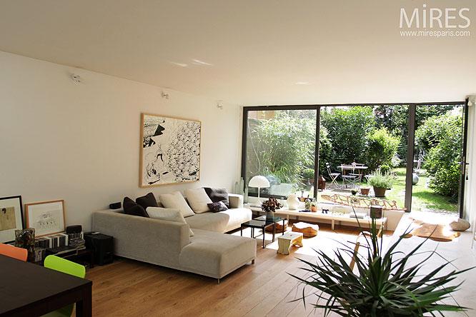 baie vitre angle le salon est compos duun canap duangle et est quip duun poste de tv une grande. Black Bedroom Furniture Sets. Home Design Ideas