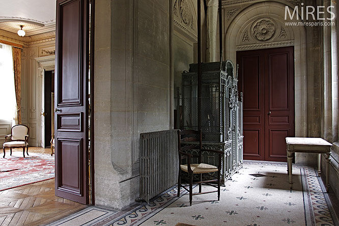 Couloir d'honneur et ascenceur d'époque. C0171