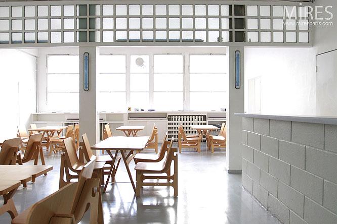 Cafétéria et chaise de bois. C0164
