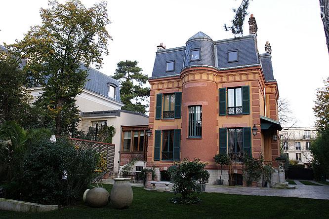 Hôtel particulier et rang d'oliviers. C0179