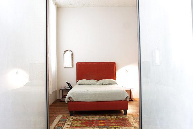 Chambre et lit rouge. C0201