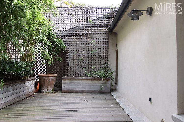 Escalier noir et b ton brut c0306 mires paris for Petite terrasse moderne