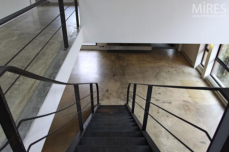 Escalier noir et béton brut. C0306