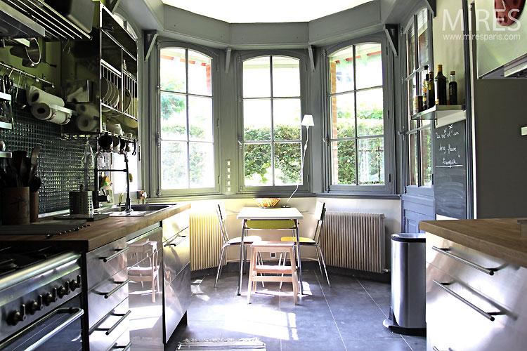 Cuisine et bow window c0377 mires paris for Maison avec bow window