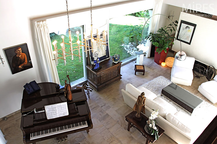 Lounge and grand piano. C0405