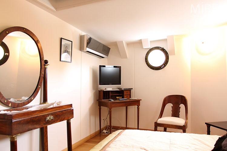 Chambre et hublots. C0470