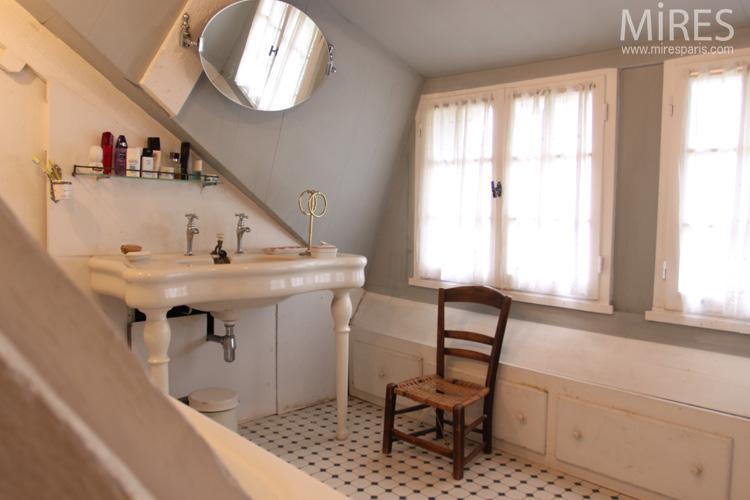 Ancien lavabo en faïence blanche sur pieds, carrelage rétro. C0571