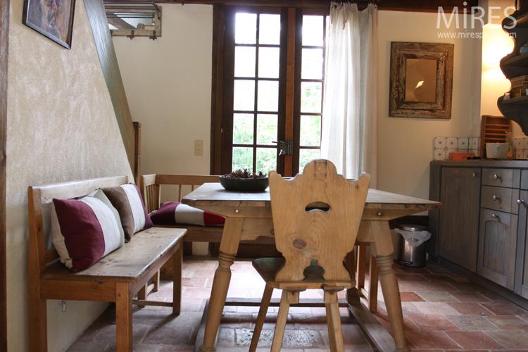 Poêle, banquettes et chaise de montagne. C0571