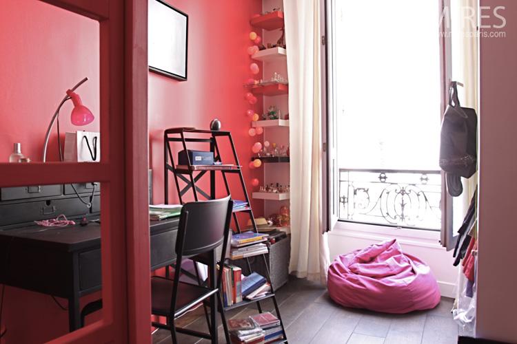 une chambre rouge avec un lit mezzanine c0580 mires paris. Black Bedroom Furniture Sets. Home Design Ideas