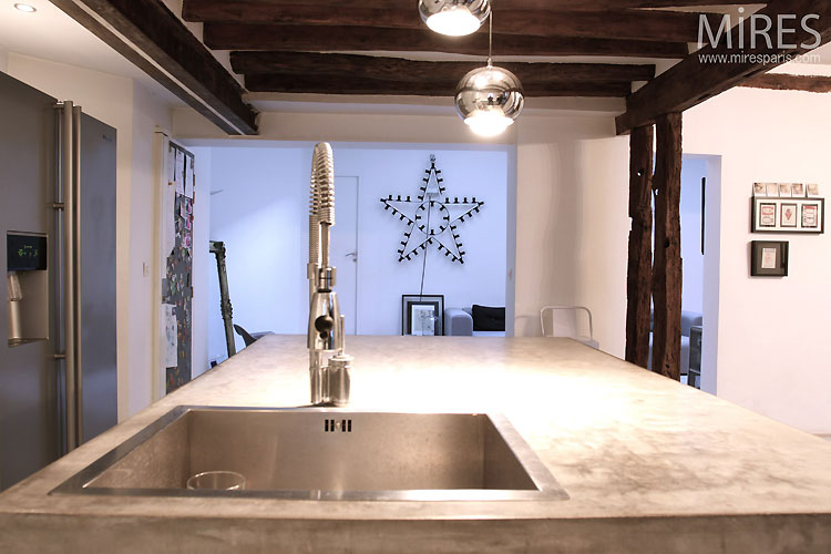 Open kitchen and exposed beams. C0518