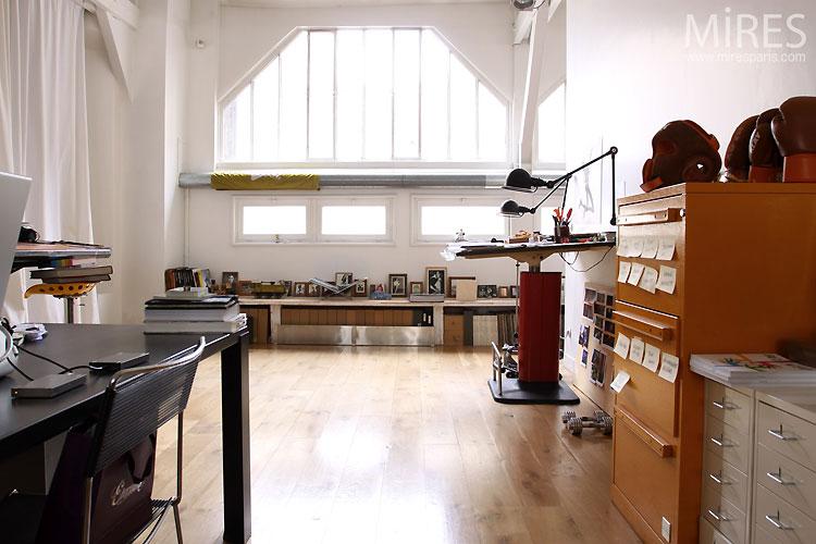 Bureau et baie vitrée d'atelier. C0542