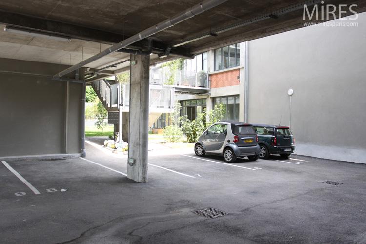 Un parking lumineux. C0564