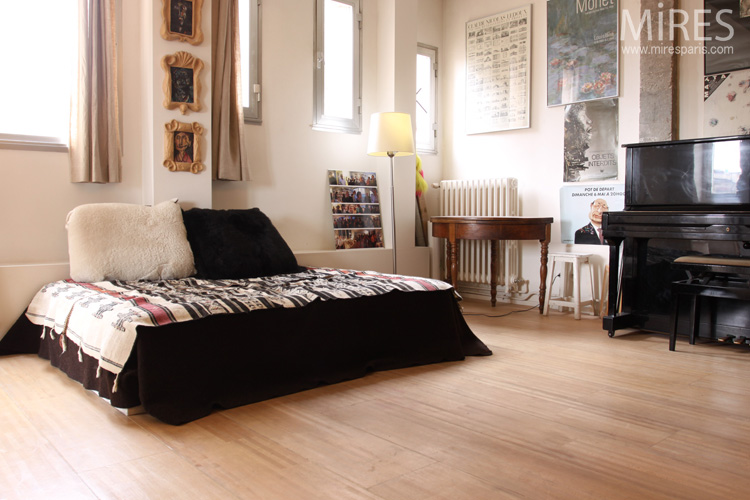 a bedroom with piano c0565 mires paris. Black Bedroom Furniture Sets. Home Design Ideas
