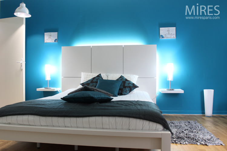 chambre bleu lectrique c0553 mires paris. Black Bedroom Furniture Sets. Home Design Ideas