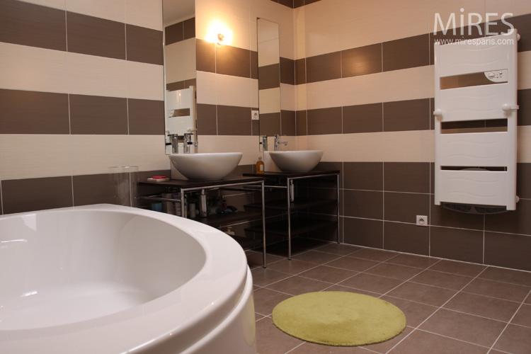 Salle de bains rayée marron beige. C0553 | Mires Paris