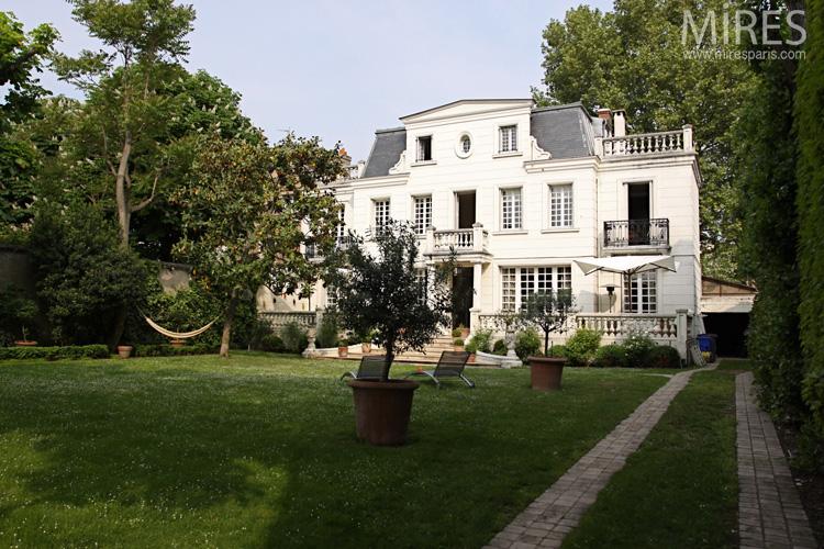 Une maison de style classique avec un grand jardin. C0578