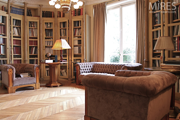 A romantic lounge-library. C0574
