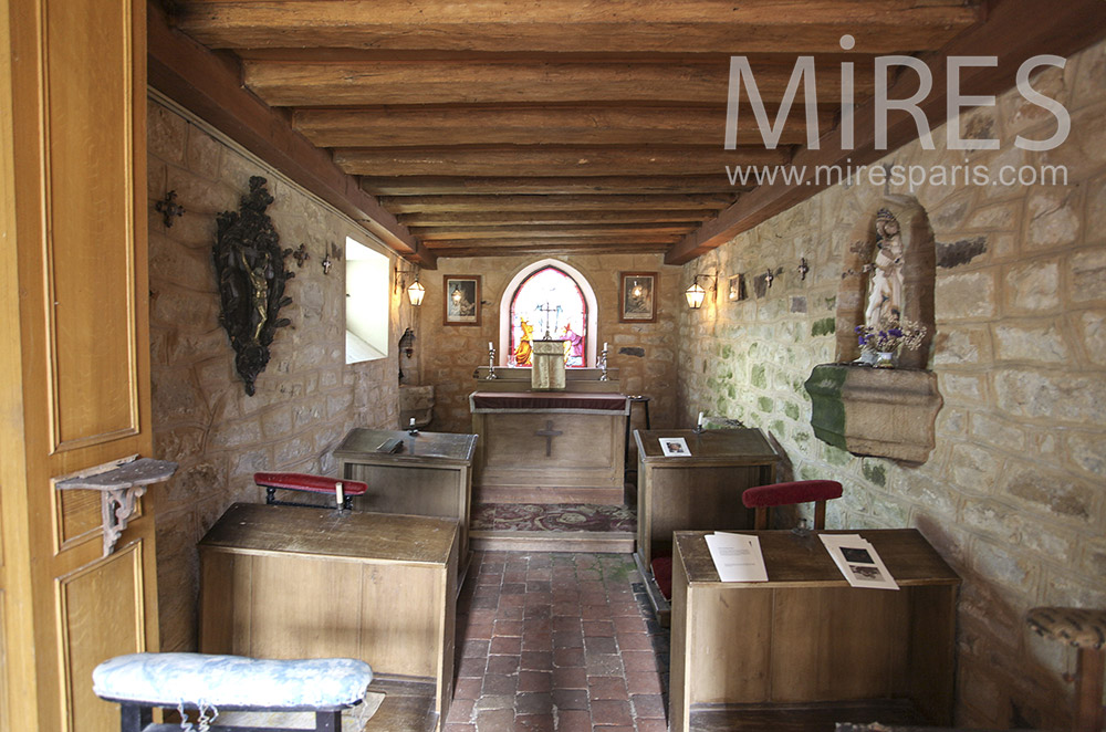 Small chapel with a low ceiling with beams. C0642