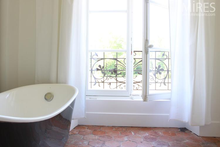 Chambre blanche et baignoire bleue. C0572
