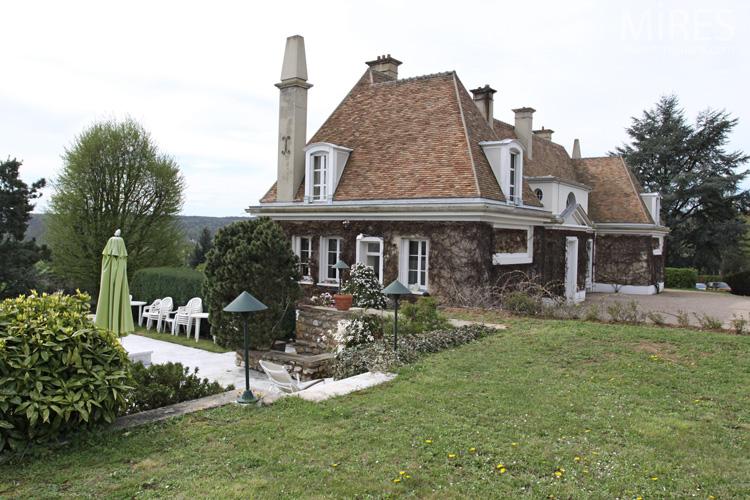 Une maison lumineuse sur la colline c0591 mires paris for Maison sur colline