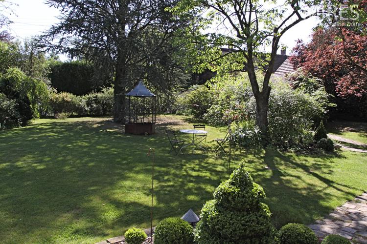Un grand jardin avec une mare fleurie c0590 mires paris for Plus grand jardin de paris