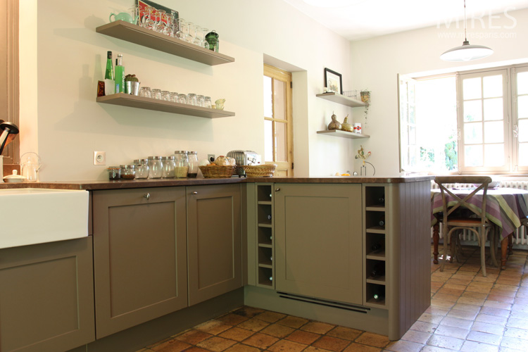 Une cuisine campagnarde ordonn e c0590 mires paris for Photo de cuisine campagnarde